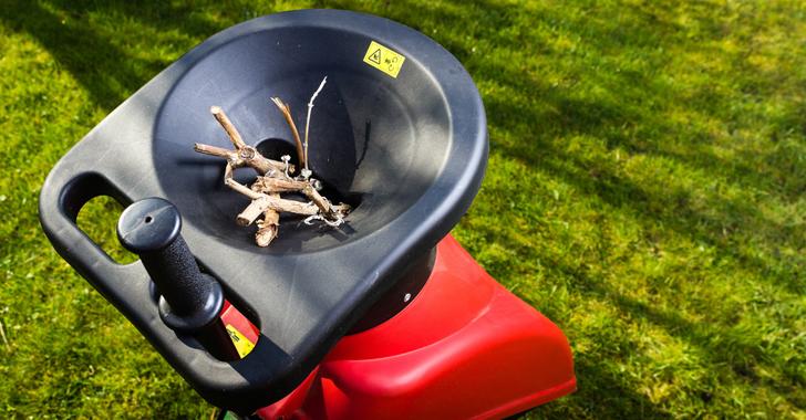 ガーデンシュレッターで枝を粉砕