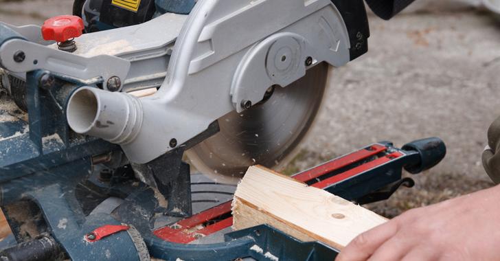 電動ノコギリで木材の切断