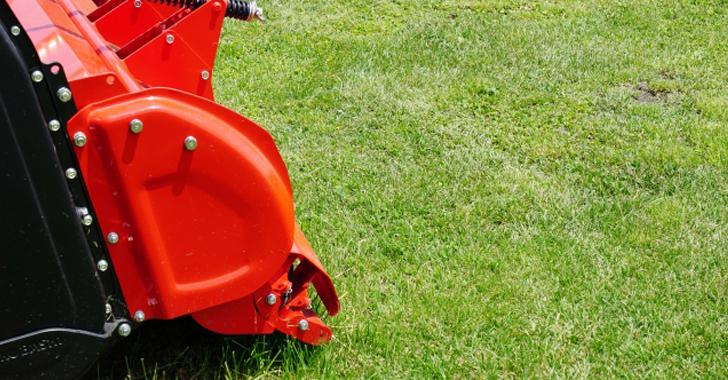 草刈り機で草を刈る